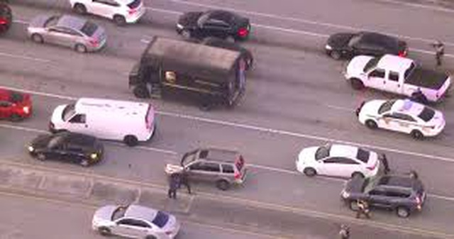 Cảnh sát Mỹ rượt đuổi, đấu súng với nghi phạm trên cao tốc như phim hành động - 1