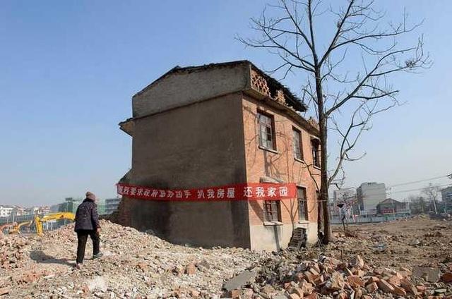 """Những ngôi nhà mọc """"vô duyên"""" giữa đường, có tiền cũng khó phá - 11"""