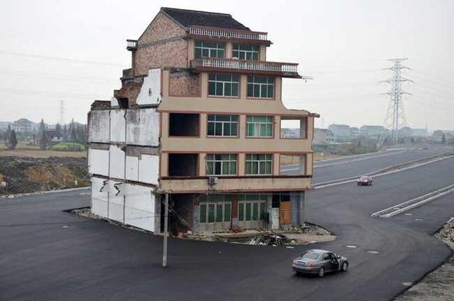 """Những ngôi nhà mọc """"vô duyên"""" giữa đường, có tiền cũng khó phá - 4"""
