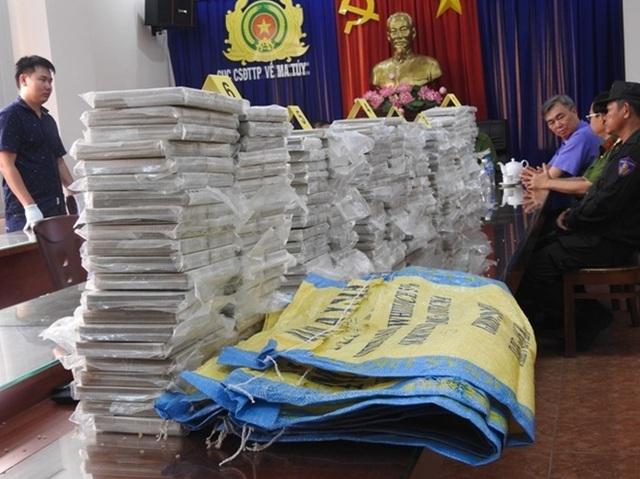 Triệt phá đường dây ma tuý khủng tại TPHCM, thu 446 bánh heroin - 1