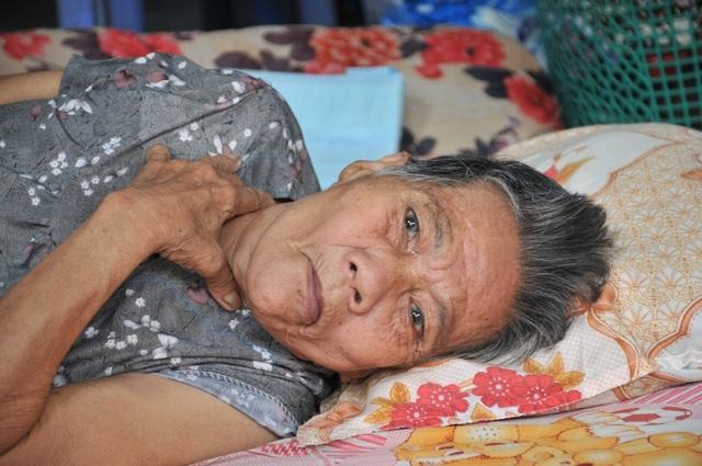 """Xót cảnh cụ bà nằm liệt một chỗ… """"chết mòn"""" vì không người thân chăm sóc - 2"""