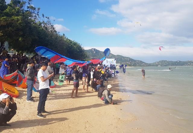 """Du khách mãn nhãn với """"bữa tiệc"""" ván diều trên biển Ninh Thuận - 1"""