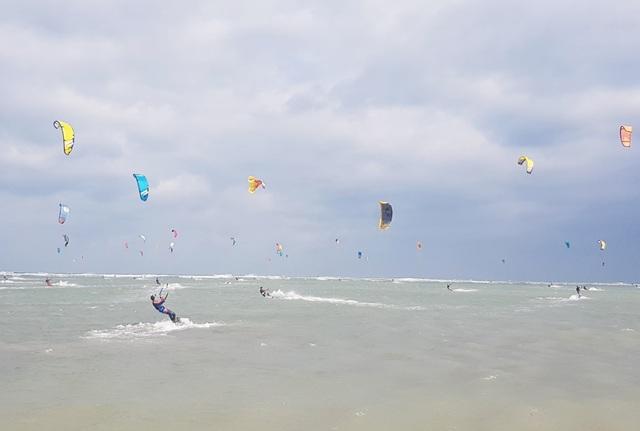 """Du khách mãn nhãn với """"bữa tiệc"""" ván diều trên biển Ninh Thuận - 2"""