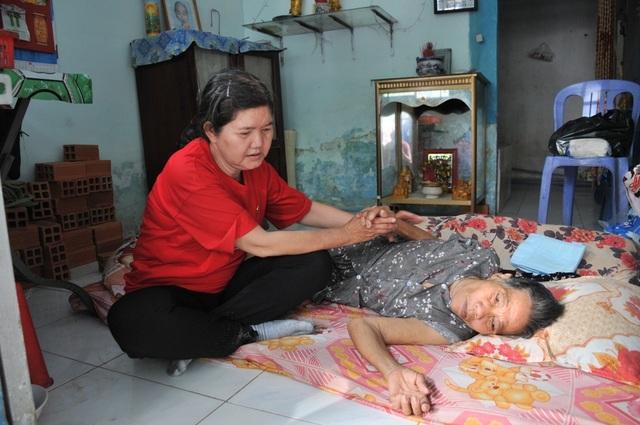 """Xót cảnh cụ bà nằm liệt một chỗ… """"chết mòn"""" vì không người thân chăm sóc - 4"""