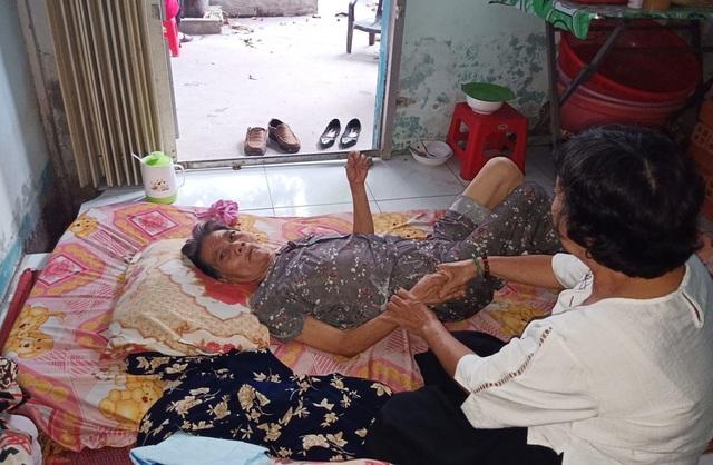 """Xót cảnh cụ bà nằm liệt một chỗ… """"chết mòn"""" vì không người thân chăm sóc - 6"""
