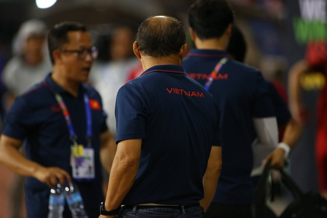 HLV Park Hang Seo ở lại dọn rác sau trận thắng U22 Campuchia - 10