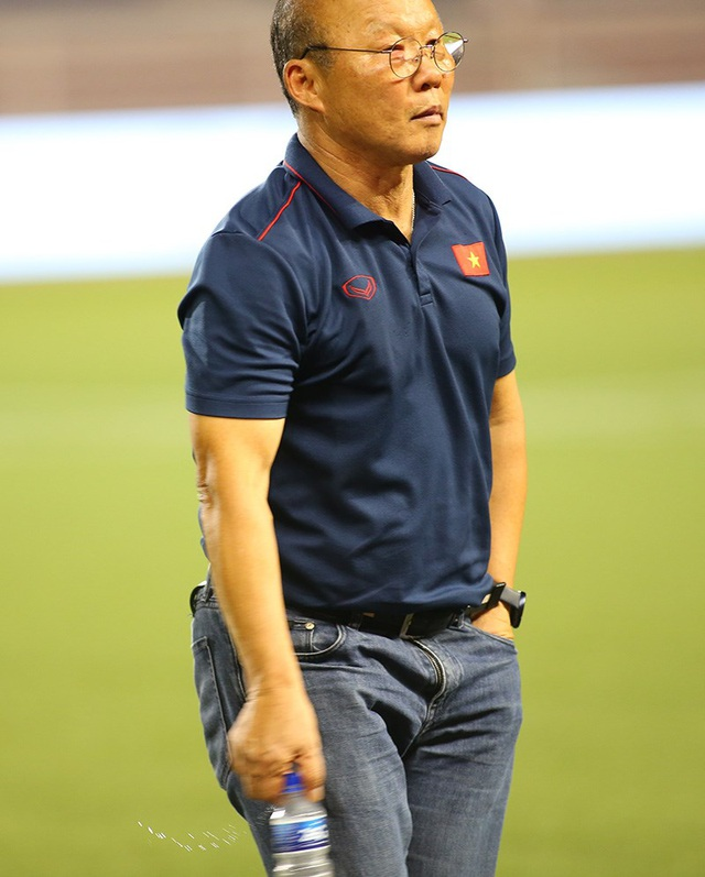 HLV Park Hang Seo ở lại dọn rác sau trận thắng U22 Campuchia - 6