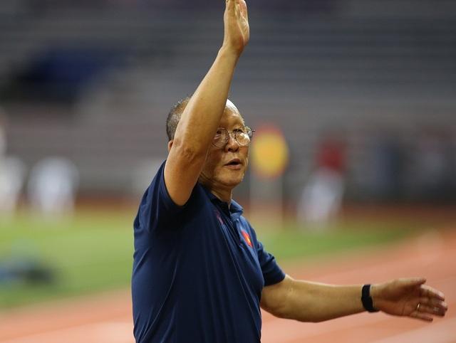 HLV Park Hang Seo ở lại dọn rác sau trận thắng U22 Campuchia - 1