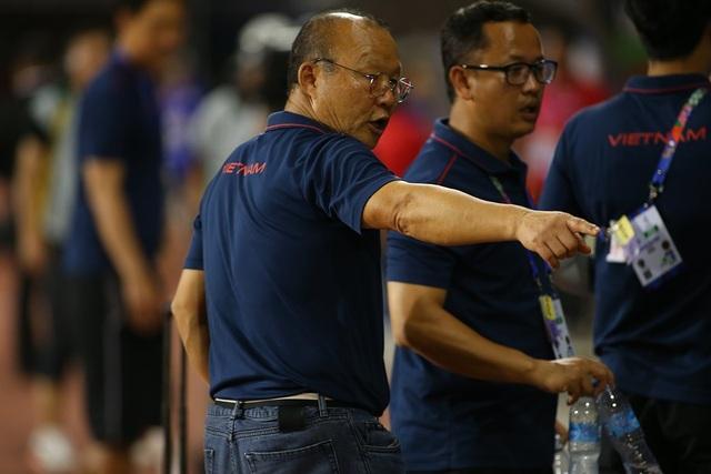 HLV Park Hang Seo ở lại dọn rác sau trận thắng U22 Campuchia - 7