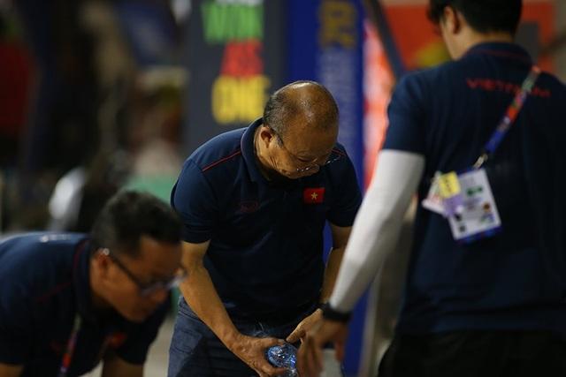 HLV Park Hang Seo ở lại dọn rác sau trận thắng U22 Campuchia - 4