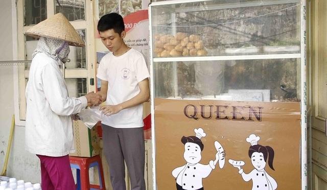 Ông chủ 27 tuổi mở quán bánh 0 đồng, nhận 200 nụ cười mỗi ngày - 1