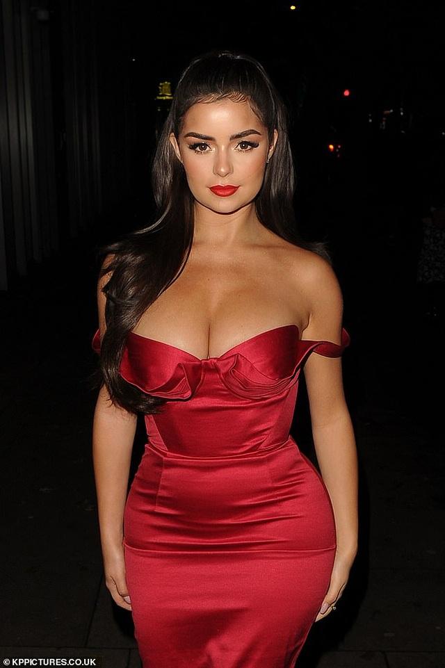 Demi Rose diện váy đỏ ôm sát khoe thân hình đồng hồ cát - 1
