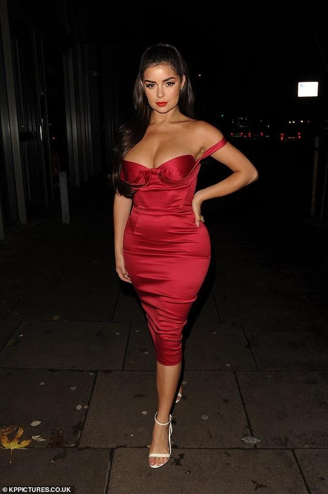 Demi Rose diện váy đỏ ôm sát khoe thân hình đồng hồ cát - 4