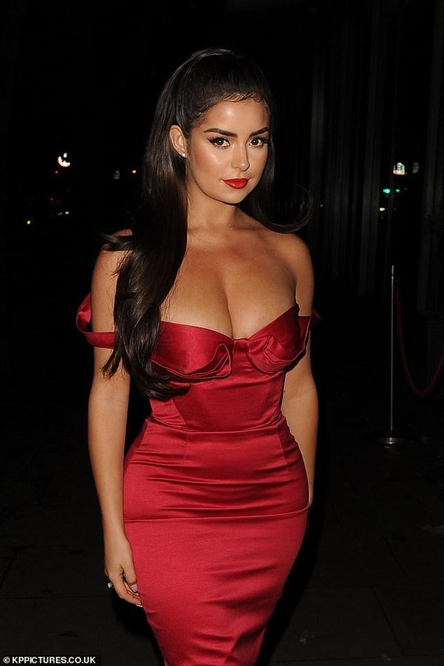 Demi Rose diện váy đỏ ôm sát khoe thân hình đồng hồ cát - 3