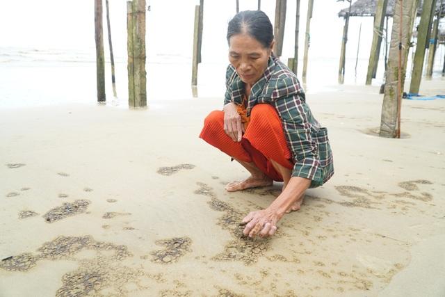 Vùng nước biển đen ngòm đang dịch chuyển trên vùng biển Dung Quất - 2