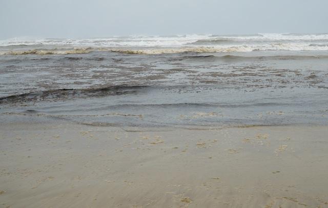 Vùng nước biển đen ngòm đang dịch chuyển trên vùng biển Dung Quất - 4