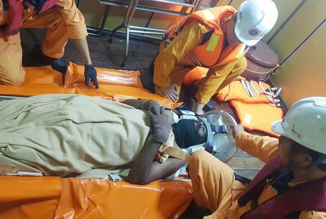 Vượt biển cứu thuyền viên Ấn Độ nguy kịch trên biển - 2
