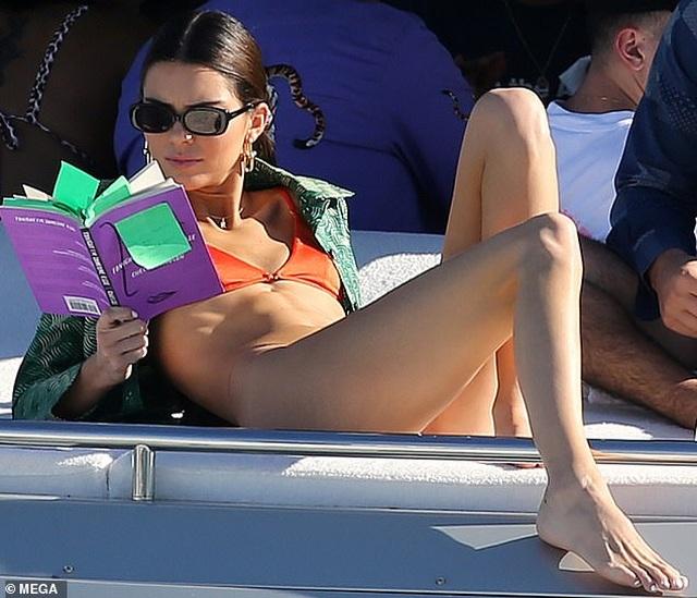 Kendall Jenner diện áo tắm trên du thuyền siêu sang - 6