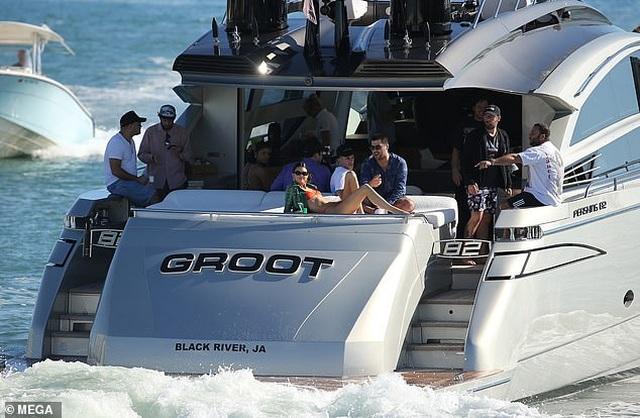 Kendall Jenner diện áo tắm trên du thuyền siêu sang - 5
