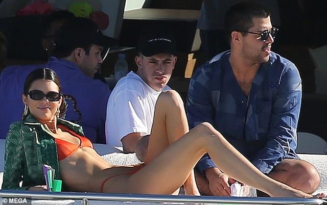 Kendall Jenner diện áo tắm trên du thuyền siêu sang - 7