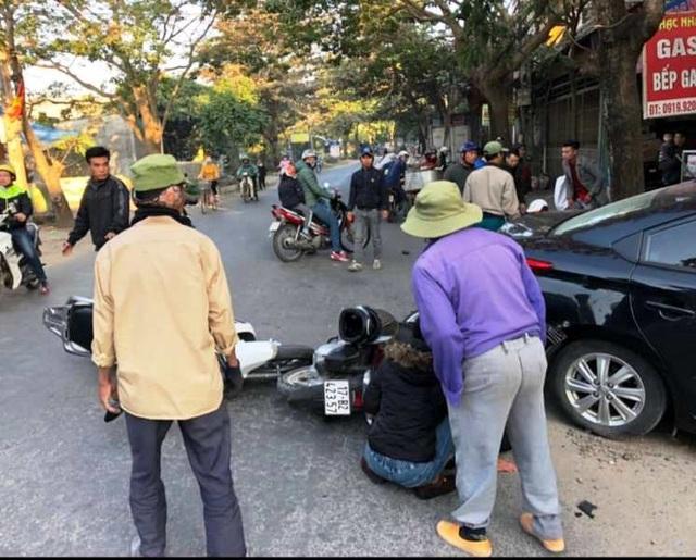 Ô tô đâm liên hoàn 3 xe máy, húc đổ tường, 2 người bị thương - 1