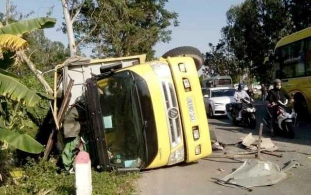 Xe Innova đấu đầu xe tải, 6 người bị thương - 2