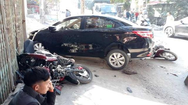 Ô tô đâm liên hoàn 3 xe máy, húc đổ tường, 2 người bị thương - 2
