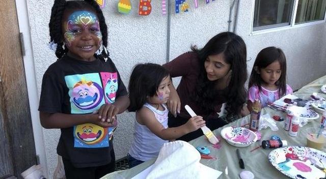 Nữ sinh tuổi 17 dành thời gian tổ chức sinh nhật cho trẻ vô gia cư - 1