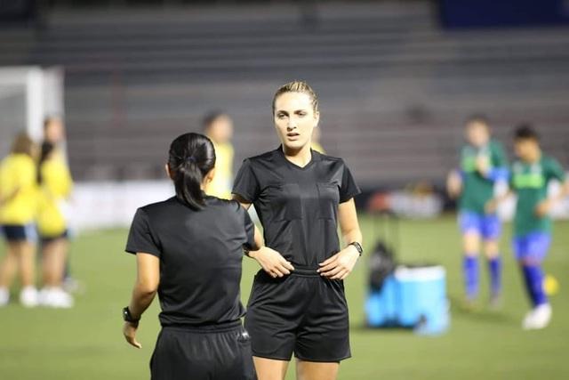Vẻ đẹp nữ trọng tài làm việc ở trận chung kết bóng đá nữ gây sốt - 1