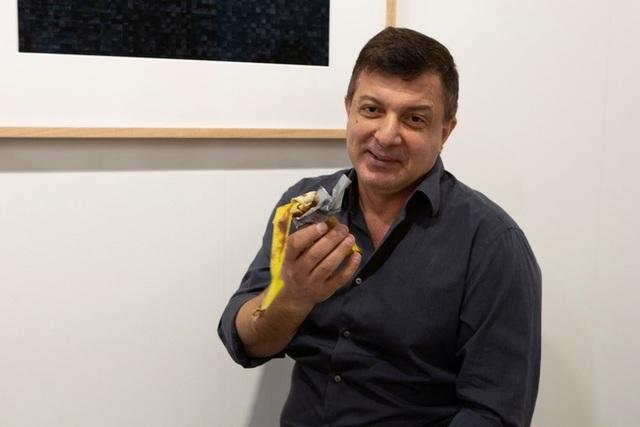 Quả chuối nghệ thuật giá 120.000 USD bị ăn ngay tại triển lãm - 1