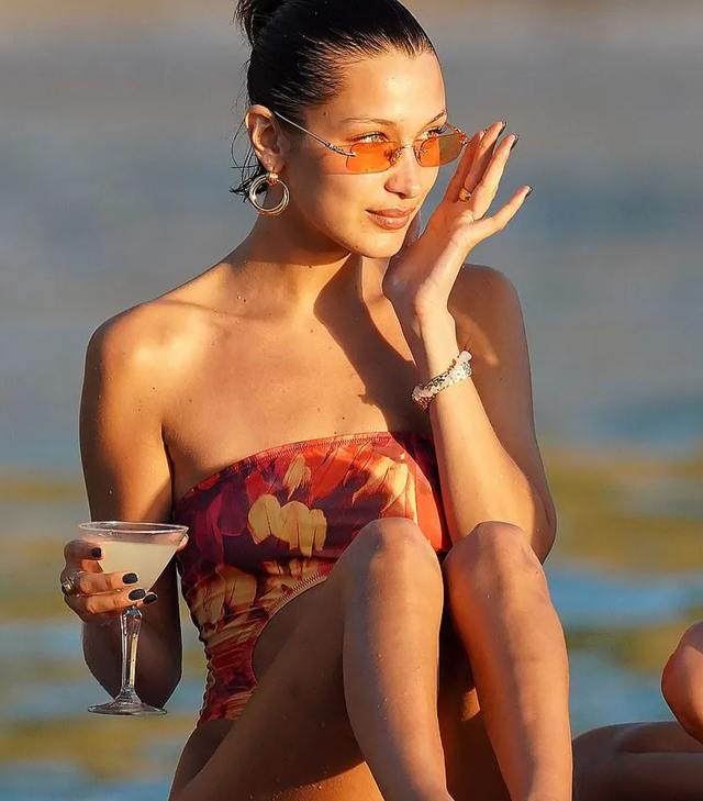 Bella Hadid nô đùa với bạn trên biển - 9