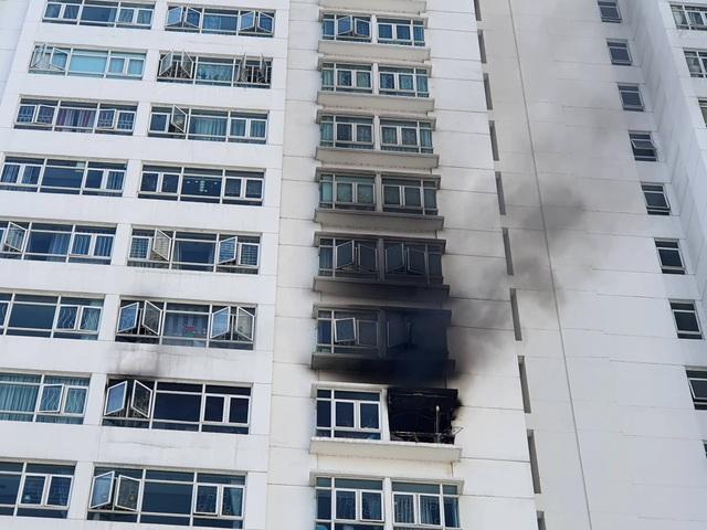 Cháy chung cư ở Sài Gòn, hàng trăm người tháo chạy giữa trưa - 1