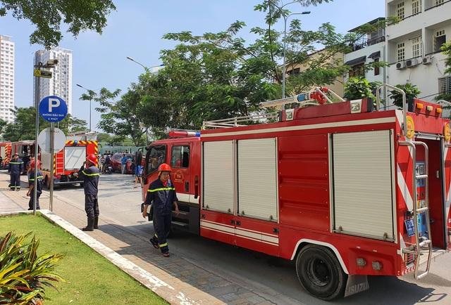 Cháy chung cư ở Sài Gòn, hàng trăm người tháo chạy giữa trưa - 2