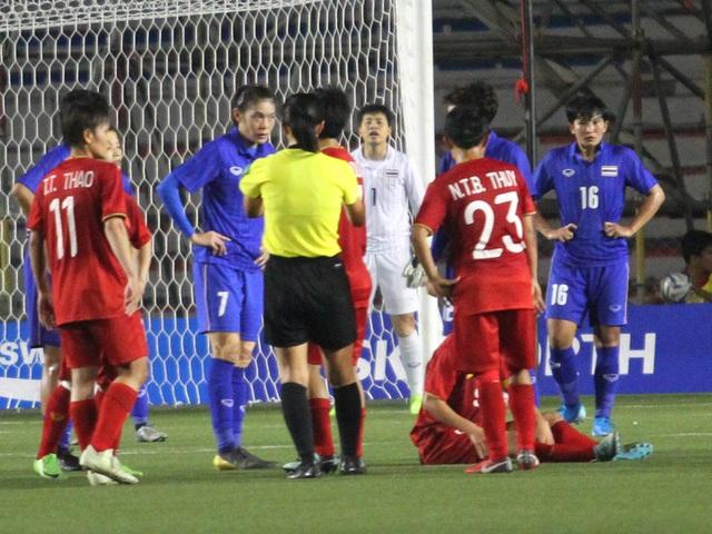 Huỳnh Như liên tục bị đá xấu, HLV Mai Đức Chung phản ứng trọng tài - 1