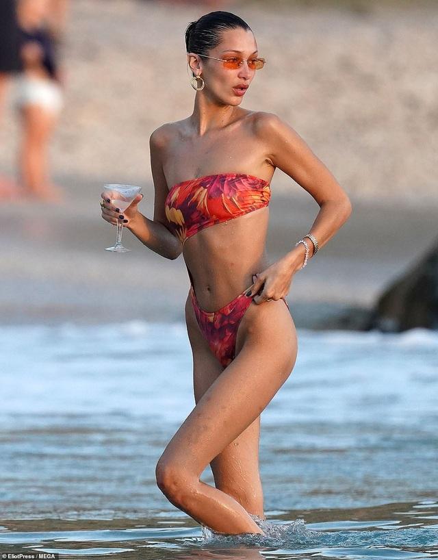 Bella Hadid nô đùa với bạn trên biển - 6