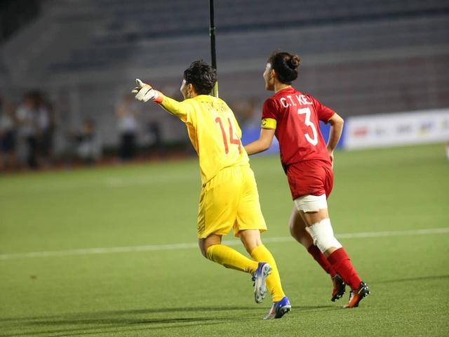 Cầu thủ nữ Việt Nam nghẹn ngào sau khi giành ngôi vô địch SEA Games - 1