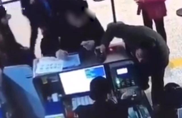 Khách Trung Quốc hành hung, xé thẻ tên của nhân viên hàng không - 2