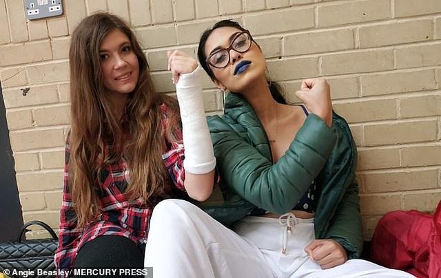 Nữ bác sĩ đi thi Miss World giải cứu cho đối thủ bị gãy xương cổ tay - 1
