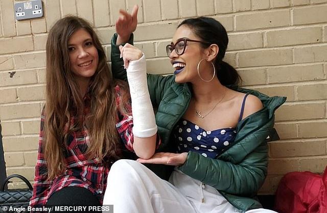 Nữ bác sĩ đi thi Miss World giải cứu cho đối thủ bị gãy xương cổ tay - 2