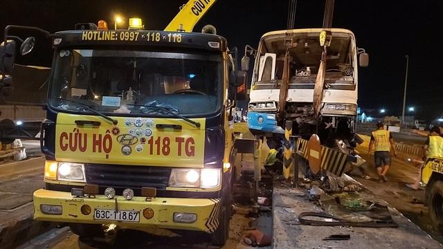Xe chở công nhân lao vào trạm thu phí cao tốc TPHCM - Trung Lương, nhiều người bị thương - 1