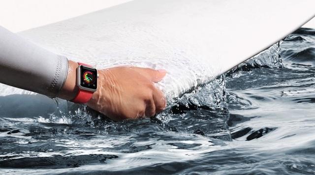 Lật thuyền trên biển, 2 người may mắn thoát chết nhờ Apple Watch - 1