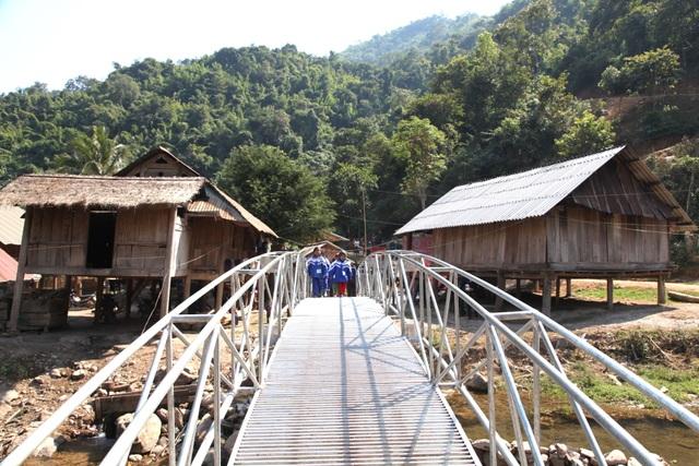 Khánh thành cây cầu mơ ước thứ 17, nâng bước chân bà con dân bản Na Kho - 11