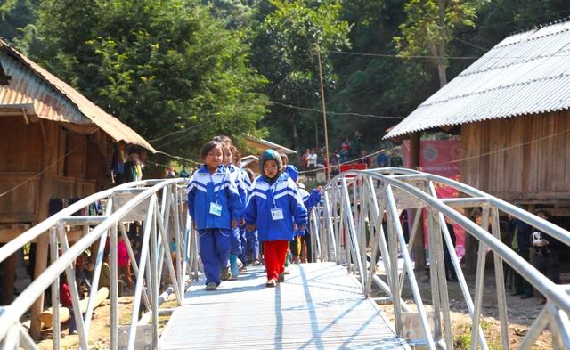 Khánh thành cây cầu mơ ước thứ 17, nâng bước chân bà con dân bản Na Kho - 24