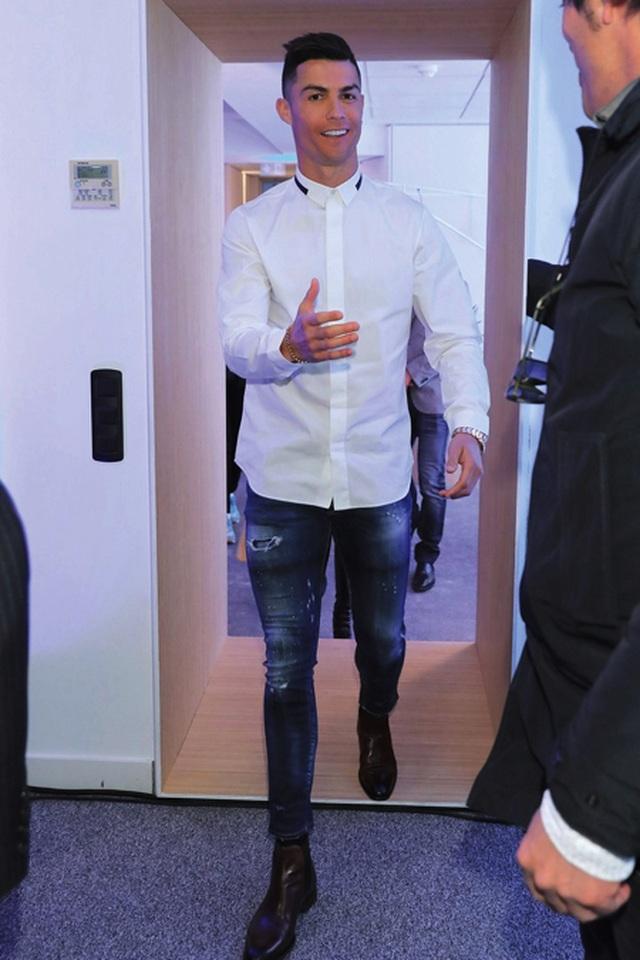 C.Ronaldo bất ngờ lọt top những sao nam ăn mặc xấu nhất hành tinh - 1