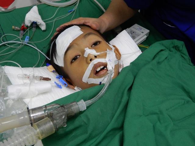 """""""Cậu bé 8 tuổi tính mạng đang nguy kịch"""" được bạn đọc giúp đỡ hơn 400 triệu đồng - 1"""