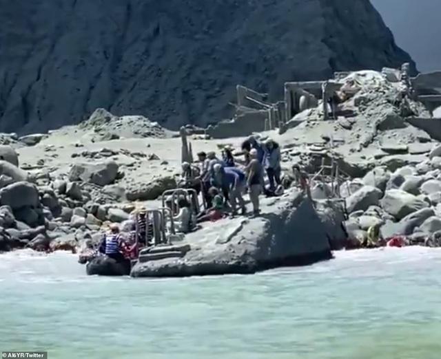 Núi lửa bất ngờ phun trào khiến du khách tử nạn, bị thương và mất tích - 2