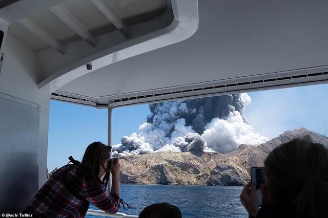 Núi lửa bất ngờ phun trào khiến du khách tử nạn, bị thương và mất tích - 3