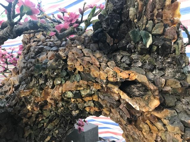 Gom đá quý kết thành cây đào nặng 2 tấn, có tiền cũng khó mua - 9