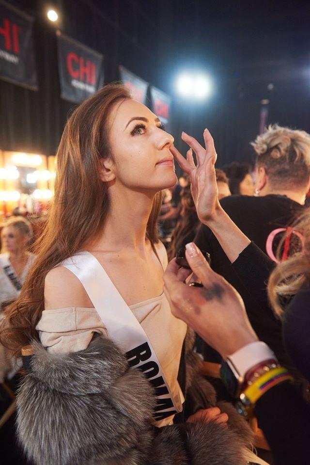 """""""Đột nhập"""" phòng trang điểm của Hoa hậu Hoàn vũ 2019 - 20"""