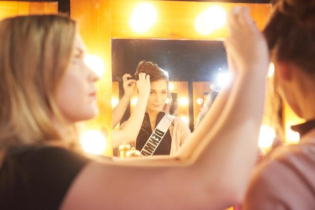"""""""Đột nhập"""" phòng trang điểm của Hoa hậu Hoàn vũ 2019 - 17"""